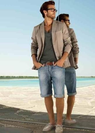 Cómo combinar: blazer en beige, camiseta con cuello en v en gris oscuro, pantalones cortos vaqueros celestes, náuticos de cuero en beige