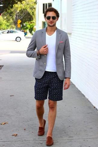 Cómo combinar: blazer de punto gris, camiseta con cuello en v blanca, pantalones cortos estampados azul marino, mocasín de cuero marrón