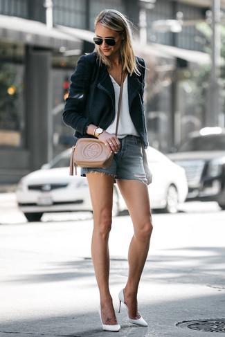 Cómo combinar: blazer negro, camiseta con cuello en v blanca, pantalones cortos vaqueros azules, zapatos de tacón de cuero blancos