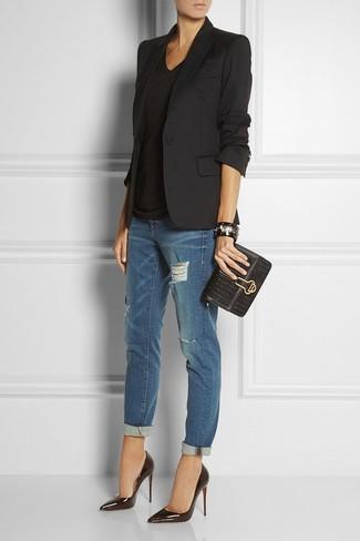 Elige un blazer negro y unos vaqueros boyfriend desgastados azul marino para conseguir una apariencia glamurosa y elegante. Luce este conjunto con zapatos de tacón de cuero negros.