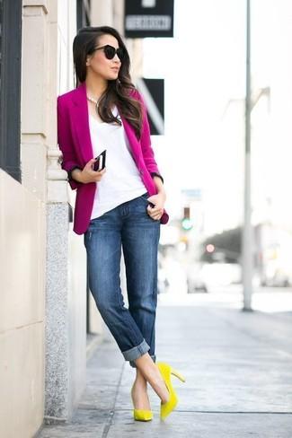 Cómo combinar: blazer rosa, camiseta con cuello en v blanca, vaqueros boyfriend azul marino, zapatos de tacón de ante amarillos