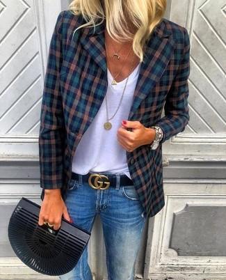 Cómo combinar una camiseta con cuello en v blanca: Ponte una camiseta con cuello en v blanca y unos vaqueros azules para conseguir una apariencia glamurosa y elegante.