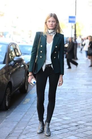 Cómo combinar: blazer verde oscuro, camiseta con cuello en v blanca, vaqueros pitillo negros, botines de cuero con print de serpiente grises