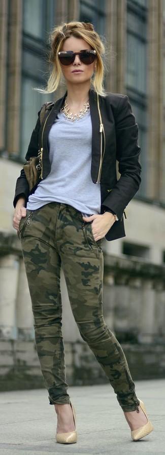Cómo combinar: blazer negro, camiseta con cuello en v gris, vaqueros pitillo de camuflaje verde oliva, zapatos de tacón de cuero marrón claro
