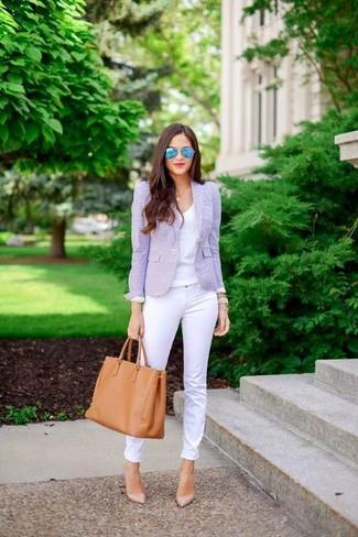 Cómo combinar: blazer violeta claro, camiseta con cuello en v blanca, vaqueros pitillo blancos, zapatos de tacón de cuero en beige