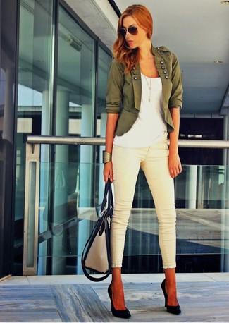 Cómo combinar: blazer verde oscuro, camiseta con cuello en v blanca, vaqueros pitillo en beige, zapatos de tacón de cuero negros