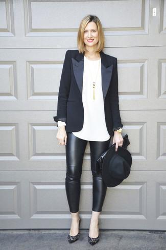 Cómo combinar: blazer negro, camiseta de manga larga blanca, leggings de cuero negros, zapatos de tacón de cuero con adornos negros