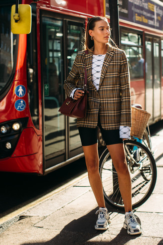Cómo combinar: blazer de tartán marrón, camiseta de manga larga estampada blanca, mallas ciclistas negras, deportivas en multicolor