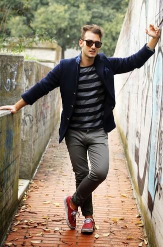 Cómo combinar: blazer de lana azul marino, camiseta de manga larga de rayas horizontales en gris oscuro, pantalón chino gris, zapatillas plimsoll rojas