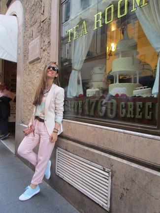 Emparejar un blazer beige y un pantalón chino rosado es una opción cómoda para hacer diligencias en la ciudad. Complementa tu atuendo con tenis celestes.