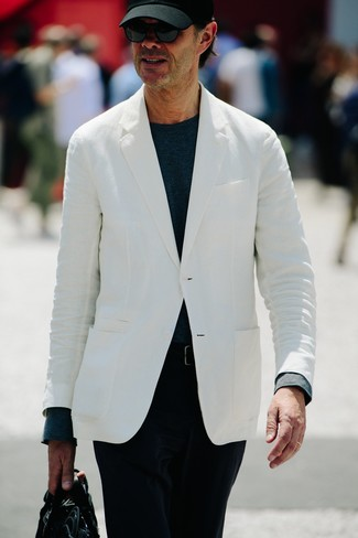 Cómo combinar: blazer blanco, camiseta de manga larga azul marino, pantalón chino de pana negro, portafolio de cuero negro