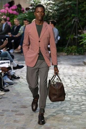 Cómo combinar un bolso baúl de cuero en marrón oscuro: Usa un blazer rosado y un bolso baúl de cuero en marrón oscuro para un look agradable de fin de semana. ¿Te sientes ingenioso? Dale el toque final a tu atuendo con mocasín de cuero en marrón oscuro.