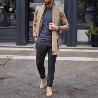 Cómo combinar unos botines chelsea de ante en beige: Empareja un blazer marrón claro junto a un pantalón chino en gris oscuro para lograr un look de vestir pero no muy formal. Opta por un par de botines chelsea de ante en beige para mostrar tu inteligencia sartorial.