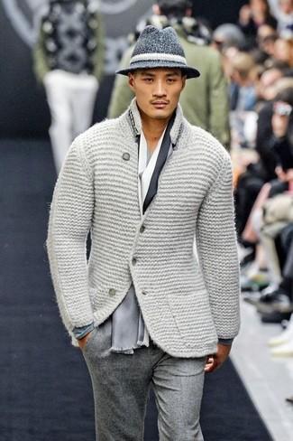 Cómo combinar: blazer de lana de punto gris, camiseta de manga larga gris, pantalón de vestir de lana gris, sombrero de lana en gris oscuro