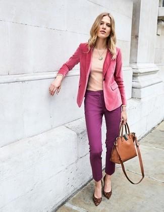Cómo combinar: blazer de terciopelo rosa, camiseta de manga larga rosada, pantalones pitillo morado, zapatos de tacón de ante de leopardo marrónes