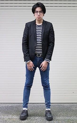 Cómo combinar un blazer negro: Para crear una apariencia para un almuerzo con amigos en el fin de semana empareja un blazer negro junto a unos vaqueros pitillo azules. Elige un par de zapatos derby de cuero gruesos negros para mostrar tu inteligencia sartorial.