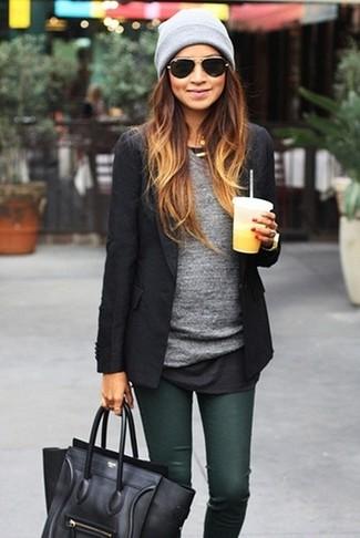 Cómo combinar: blazer negro, camiseta de manga larga gris, vaqueros pitillo verde oscuro, bolso de hombre de cuero negro