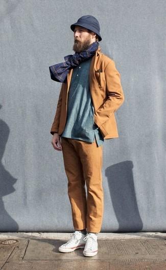 Cómo combinar: blazer de algodón en tabaco, camiseta henley de manga larga azul, pantalón chino en tabaco, zapatillas altas de lona blancas