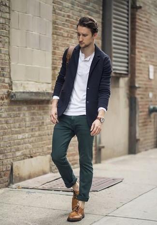 Cómo combinar: blazer de lana azul marino, camiseta henley de manga larga blanca, pantalón chino verde oscuro, zapatos derby de cuero marrónes