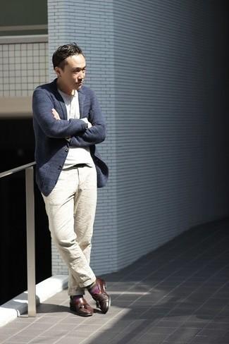 Cómo combinar un blazer de punto azul marino: Considera emparejar un blazer de punto azul marino con un pantalón chino en beige para un lindo look para el trabajo. Con el calzado, sé más clásico y complementa tu atuendo con mocasín con borlas de cuero en marrón oscuro.