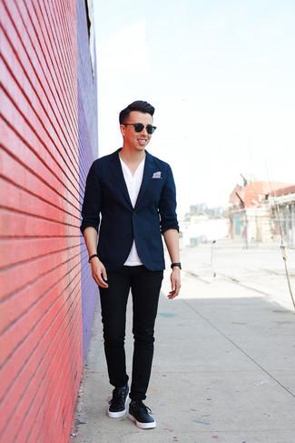 Cómo combinar un pañuelo de bolsillo violeta claro: Un blazer azul marino y un pañuelo de bolsillo violeta claro son tu atuendo para salir los días de descanso. Con el calzado, sé más clásico y completa tu atuendo con tenis de cuero azul marino.