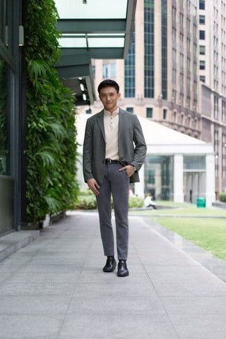 Cómo combinar un blazer gris: Si buscas un look en tendencia pero clásico, intenta combinar un blazer gris con un pantalón chino gris. Con el calzado, sé más clásico y opta por un par de zapatos derby de cuero negros.