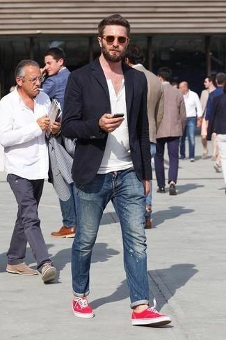 Cómo combinar: blazer negro, camiseta henley blanca, vaqueros pitillo desgastados azules, zapatillas plimsoll rojas