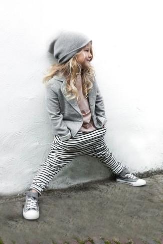 Cómo combinar: blazer gris, camiseta rosada, leggings de rayas horizontales blancos, zapatillas grises