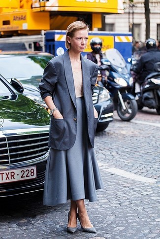 Cómo combinar: blazer en gris oscuro, camiseta sin manga en beige, falda campana gris, zapatos de tacón de cuero grises