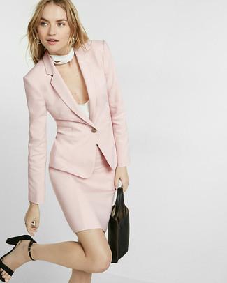 Cómo combinar una falda lápiz rosada: Intenta ponerse un blazer rosado y una falda lápiz rosada para lucir elegante y distinguida. Completa el look con sandalias de tacón de ante negras.
