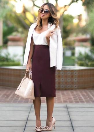 Cómo combinar: blazer blanco, camiseta sin manga de seda blanca, falda lápiz burdeos, zapatos de tacón de cuero en beige