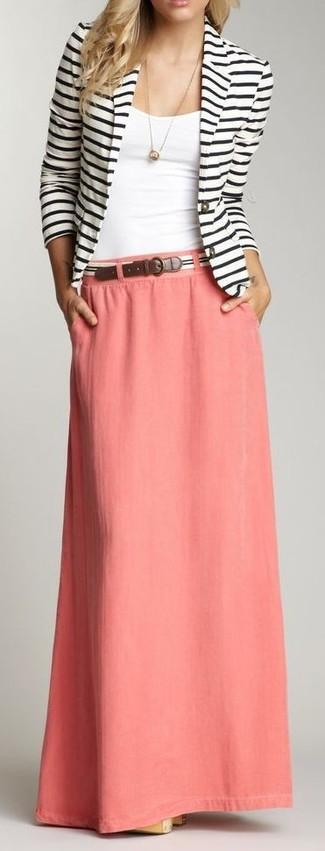 Cómo combinar: blazer de rayas horizontales en blanco y negro, camiseta sin manga blanca, falda larga rosada, correa de rayas horizontales en blanco y negro