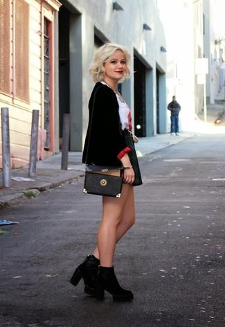 Ponte un blazer de terciopelo negro de mujeres de Gucci y una falda skater de tartán negra para cualquier sorpresa que haya en el día. ¿Por qué no ponerse botines de ante negros a la combinación para dar una sensación más clásica?