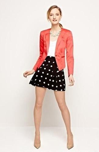 Cómo combinar: blazer rojo, camiseta sin manga blanca, falda skater a lunares en negro y blanco, zapatos de tacón de cuero en beige