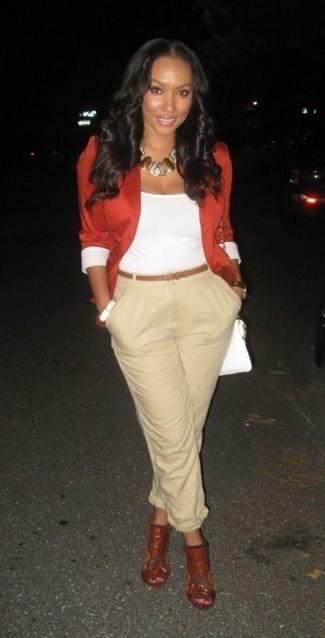 Cómo combinar: blazer rojo, camiseta sin manga blanca, pantalón de pinzas en beige, chinelas de cuero rojas