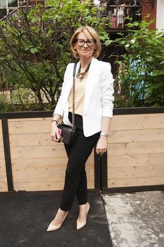 Cómo combinar: blazer blanco, camiseta sin manga en beige, pantalón de pinzas negro, zapatos de tacón de cuero en beige