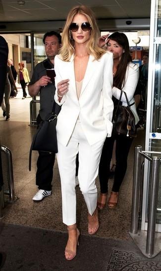 Cómo combinar: blazer blanco, camiseta sin manga en beige, pantalón de vestir blanco, sandalias de tacón de ante en beige