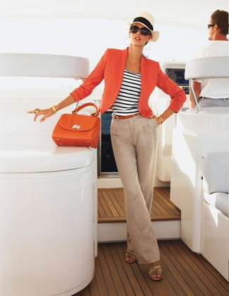 Cómo combinar un blazer naranja: Elige un blazer naranja y unos pantalones anchos de lino en beige para crear un estilo informal elegante. Si no quieres vestir totalmente formal, opta por un par de sandalias con cuña de cuero en beige.