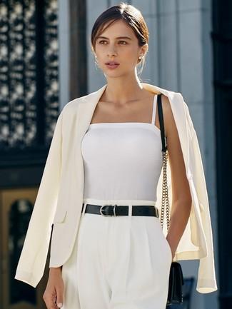 Cómo combinar: blazer blanco, camiseta sin manga blanca, pantalones anchos blancos, bolso bandolera de cuero negro