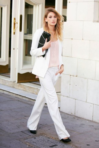 Cómo combinar: blazer blanco, camiseta sin manga en beige, pantalones anchos blancos, zapatos de tacón de cuero negros
