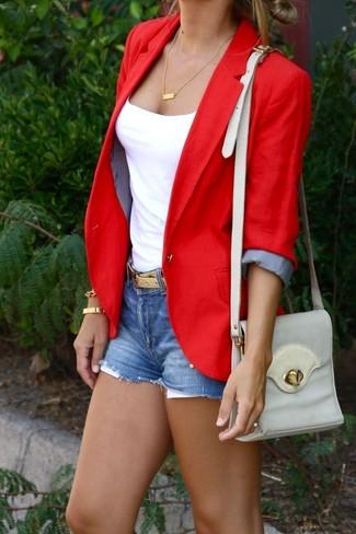 88a70251 Cómo combinar un blazer rojo con unos pantalones cortos vaqueros ...