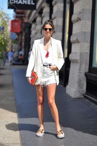 Para un atuendo que esté lleno de caracter y personalidad empareja un blazer blanco junto a unos pantalones cortos vaqueros blancos. Para darle un toque relax a tu outfit utiliza sandalias planas de cuero doradas de Clergerie.