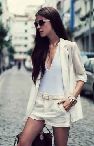 Cómo combinar: blazer de seda en beige, camiseta sin manga blanca, pantalones cortos de seda en beige, bolsa tote de cuero negra