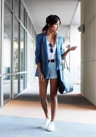 Casa un blazer azul con unos pantalones cortos para un look diario sin parecer demasiado arreglada. Mezcle diferentes estilos con tenis blancos.