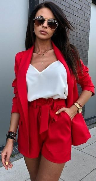 Cómo combinar unos pantalones cortos burdeos estilo casuale: Elige un blazer rojo y unos pantalones cortos burdeos para una vestimenta cómoda que queda muy bien junta.