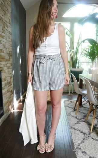 Cómo combinar una camiseta sin manga blanca: Para un atuendo tan cómodo como tu sillón opta por una camiseta sin manga blanca y unos pantalones cortos de rayas verticales grises. Luce este conjunto con sandalias con cuña de cuero en beige.