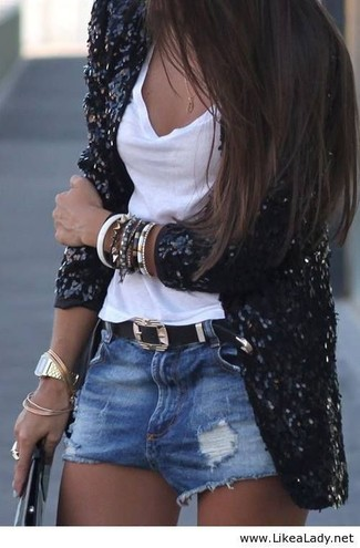 Cómo combinar: blazer de lentejuelas negro, camiseta sin manga blanca, pantalones cortos vaqueros desgastados azules, correa de cuero negra
