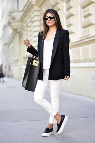 Intenta combinar un blazer negro junto a unos pantalones pitillo blancos para conseguir una apariencia glamurosa y elegante. Para darle un toque relax a tu outfit utiliza zapatillas slip-on de cuero negras.