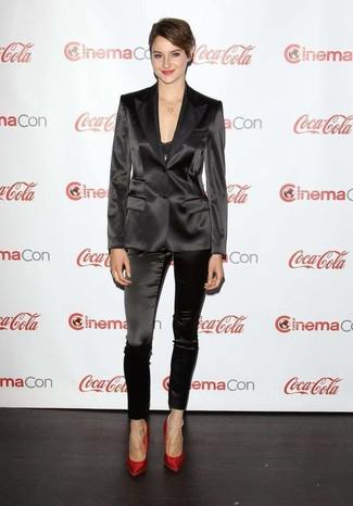 Cómo combinar: blazer de seda negro, camiseta sin manga de encaje negra, pantalones pitillo de seda negros, zapatos de tacón de terciopelo rojos