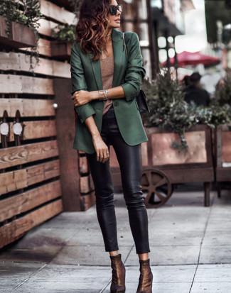 Cómo combinar: blazer verde oscuro, camiseta sin manga marrón, pantalones pitillo de cuero negros, botines de elástico en marrón oscuro